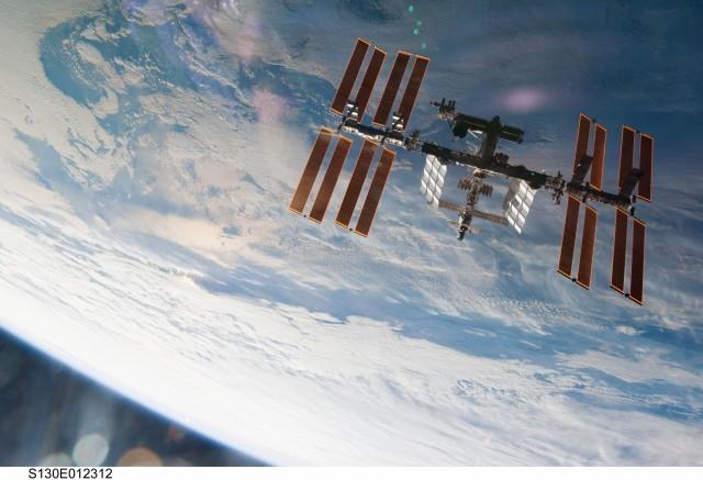 Uluslararası Uzay İstasyonu ve arka planda yeryüzü