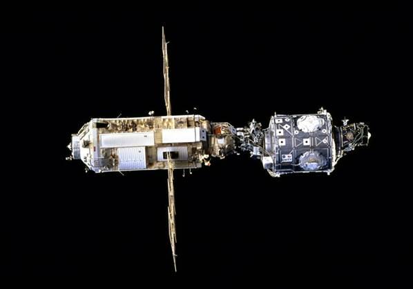 Uluslararası Uzay İstasyonu'nun inşaası bu iki modülün kenetlenmesi ile başladı